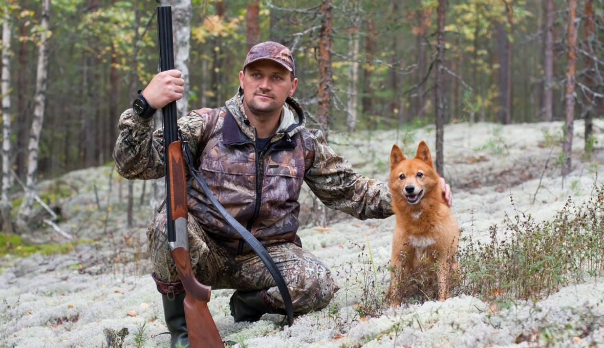 Myśliwy na polowaniu ze swoim psem