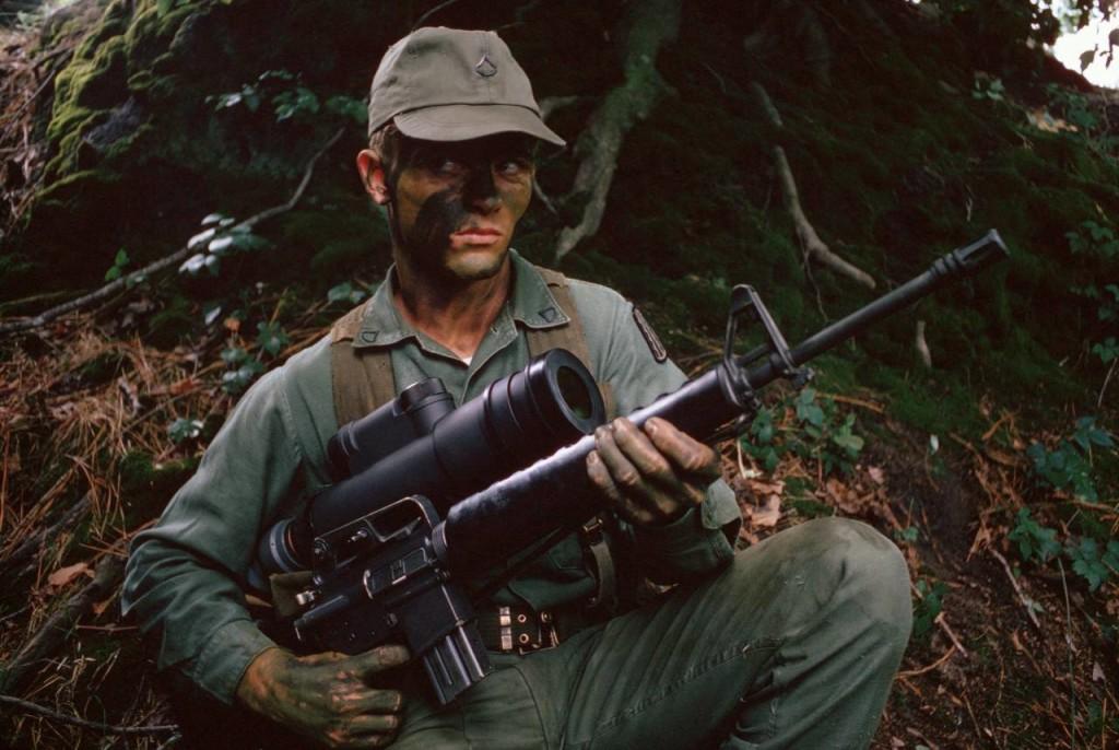 """Żołnierz amerykański z karabinem M16A1, wyposażonym w noktowizor pasywny PVS-2 """"Starlight Scope""""."""